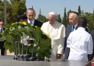 Netanyahu and Peres accompany Pope Francis on his surprise stop at a memorial to Israeli victims of terrorism. (Avi Ohayon/GPO)