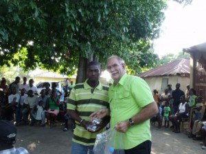 Later that day Sam visited the Association des Paysans pour le Development de Cahess (APDC) where he and Dr Ally distributed about 180 devices.